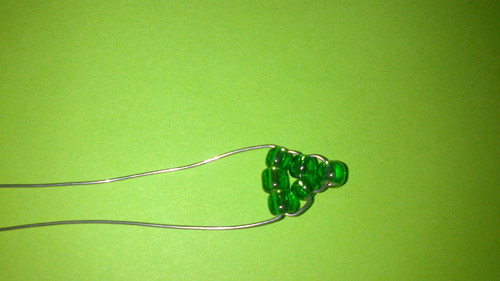 Зеленый лепесток ириса из бисера и проволоки