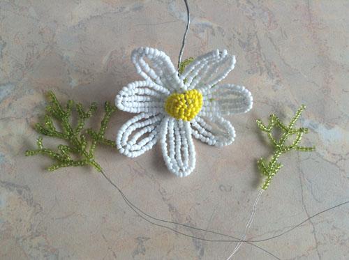 Цветок и листики ромашки из бисера