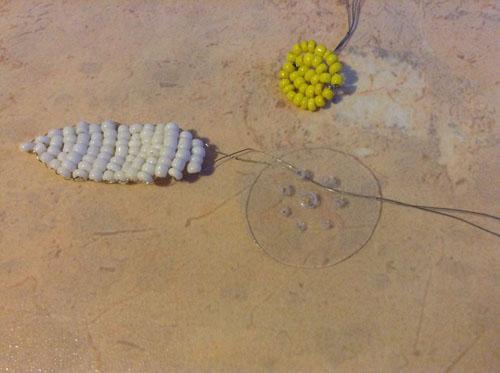 Сборка ромашки из бисера