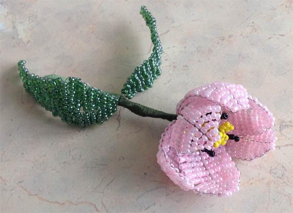 Цветок из бисера и проволоки готов.  Остается расправить лепесточки и найти подходящее место для этого сувенира.
