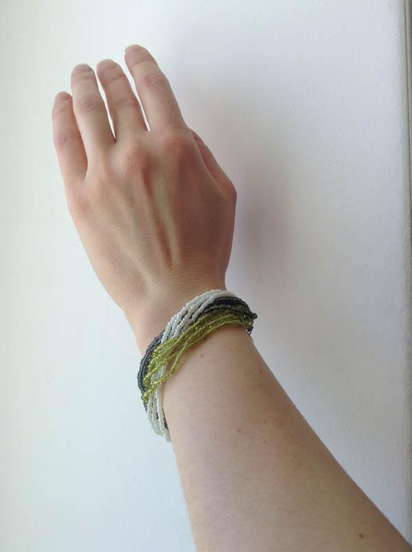 Простой браслет из бисера на руке