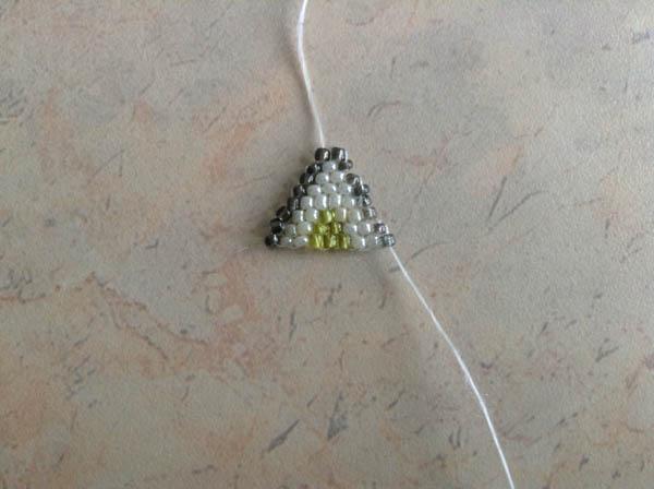 Треугольник из бисера