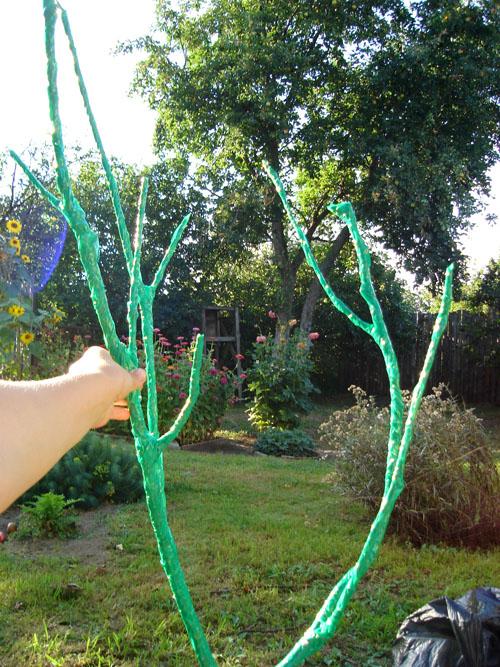 Ветка обмотанная зеленым скотчем