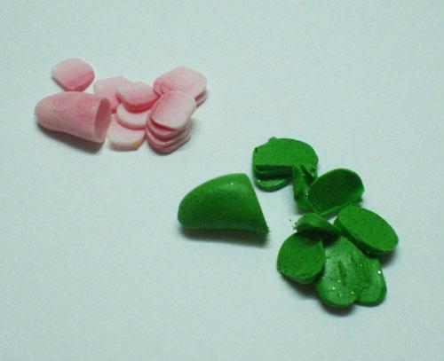 Чтобы сделать такой кулон необходимо запастись розовой полупрозрачной полимерной глиной, лаком для пластики...