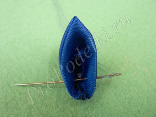 Соединяем лепестки с помощью нитки