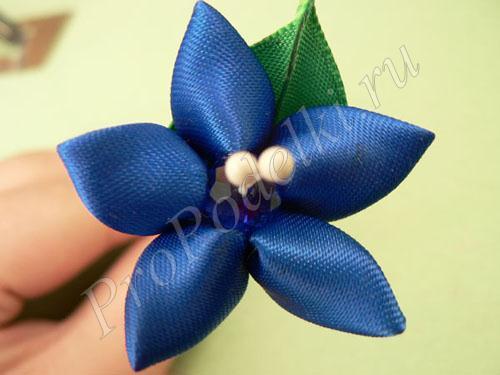 Синий цветок с острым листом в технике канзаши
