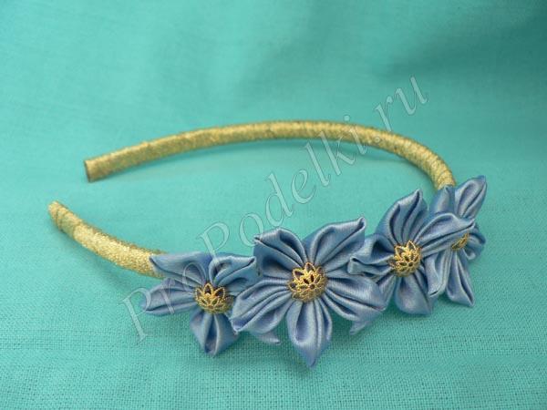 Ободок с цветами с острым лепестком в складку