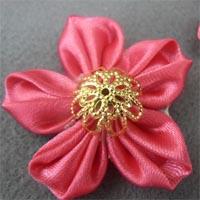 Цветок канзаши с острым лепестком в складку