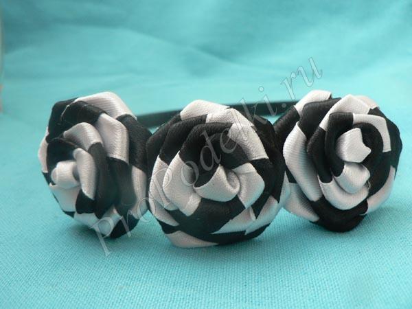 Двухцветные крученые розочки из лент