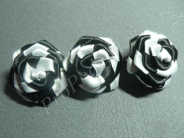 Крученые розы из двухцветной ленты