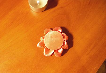 Приклеиваем кружок картона к цветку