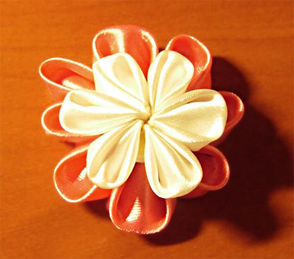 Двойной цветок из лент