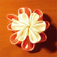 Простой цветок из атласных лент