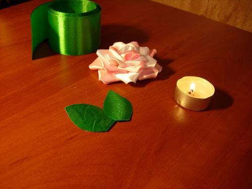 Из зеленой ленты делаем листочки