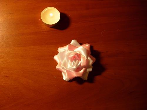 Роза из лепестков различного цвета