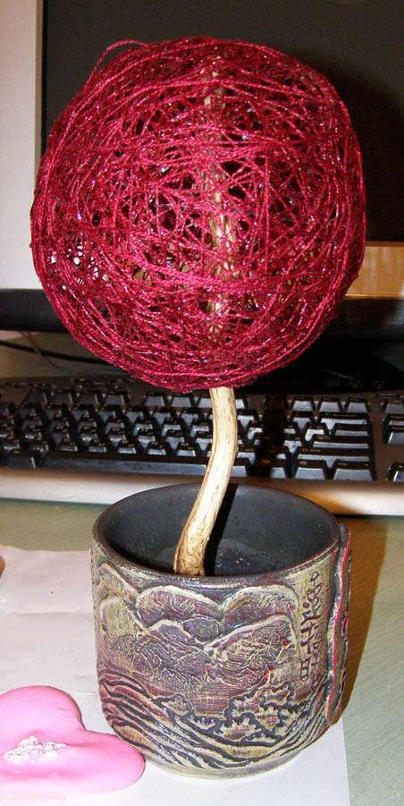 Крона дерева в виде шара из ниток
