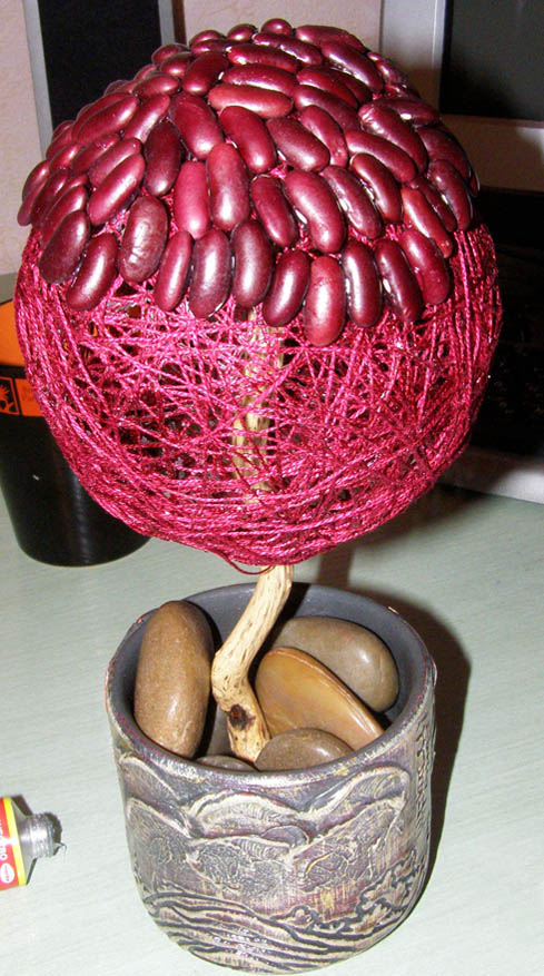 Приклеиваем фасолины к кроне дерева