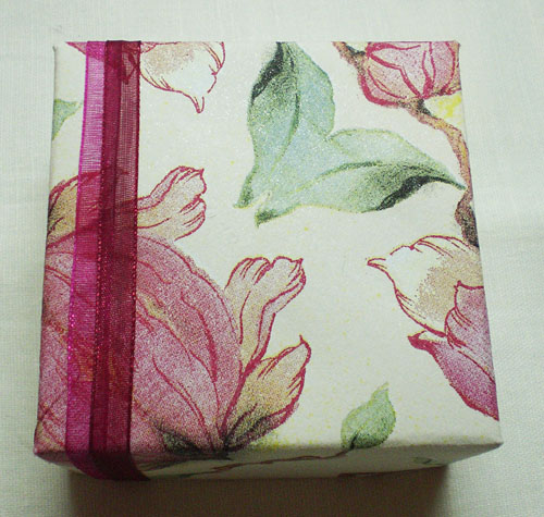 Украшение подарочной коробки из салфеток