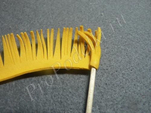 Накручиваем ленту фоамирана на зубочистку