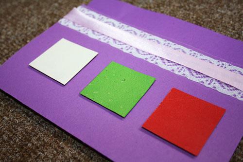 Наклеивание цветных квадратиков на открытку