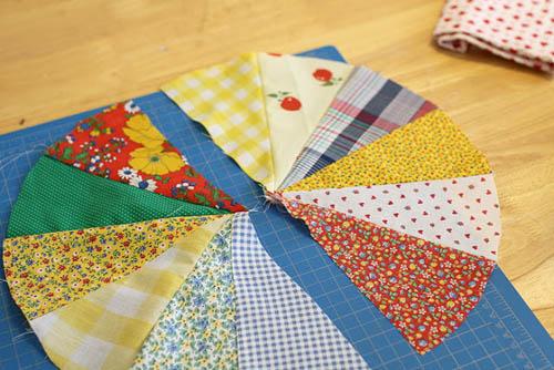 Сшивание лоскутков ткани для подушки на стул