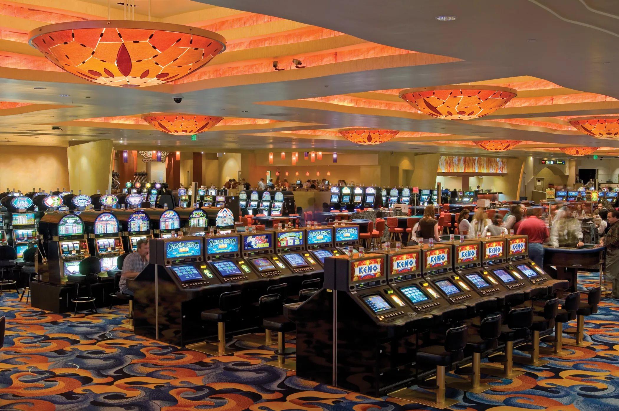 Так как в наземных казино предоставление услуг казино и игровых клубов